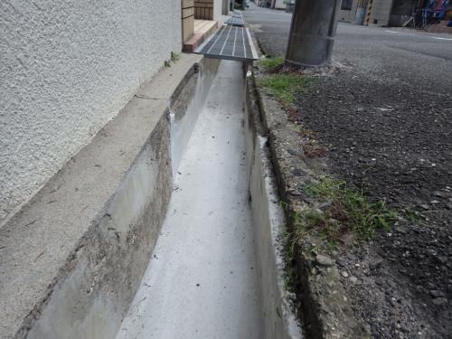 割れた側溝の補修もやっています