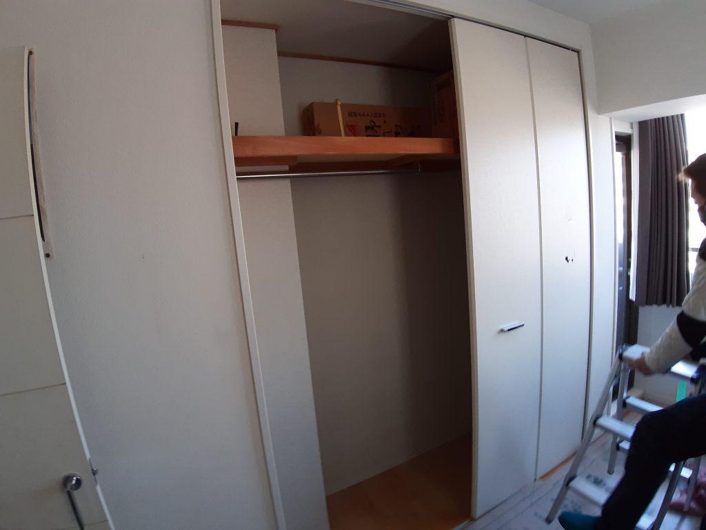 壁紙を張り替えないでクローゼットの扉を交換!